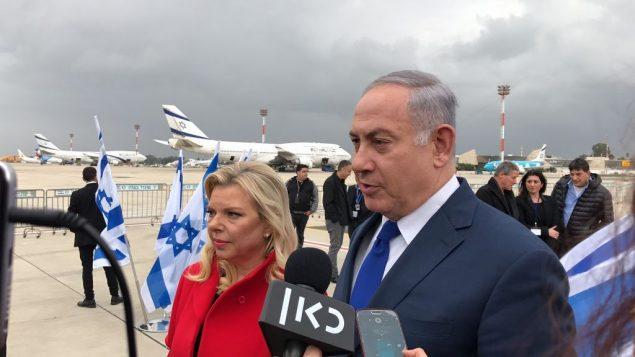 رئيس الوزراء بنيامين نتنياهو وزوجته سارة في مطار بن غوريون، 23 يناير 2018 (Jacob Magid/Times of Israel)