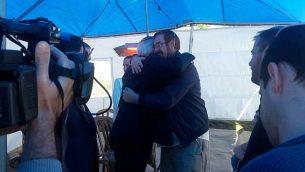 السفير الامريكي الى اسرائيل دافيد فريدمان يقدم تعازيه في منزل عضو الكنيست يهودا غليك في مستوطنة عوتنئيل في الضفة الغربية، 3 يناير 2018 (Courtesy Har Hebron Regional Council)