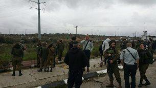 قوات الأمن في موقع محاولة هجوم طعن في مفرق تبواح في الضفة الغربية، 23 يناير، 2018. (Samaria Regional Council)