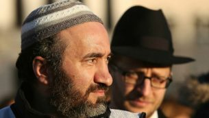 صورة توضيحية/ رجل مسلم امريكي يقف بجانب رجل يهودي امريكي (Adam Berry/Getty Images/via JTA)