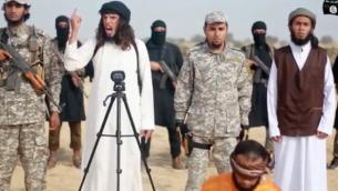 لقطة من مقطع فيديو أصدره فرع شبه جزيرة سيناء في الدولة الإسلامية تعلن فيه الجماعة الحرب على حماس وتعدم أحد أعضائها لتهريب الأسلحة إلى المجموعة الفلسطينية. تم إصدار الفيديو في 3 كانون الثاني (يناير) 2017. (Screenshot)