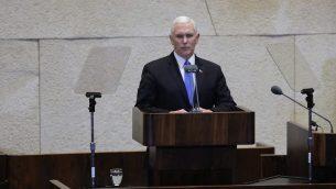 نائب الرئيس الأمريكي مايك بنس يلقي كلمة أمام الكنيست في 22 يوليو، 2018. (المتحدث باسم الكنيست)