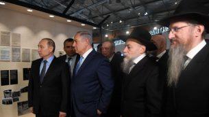 رئيس الوزراء بنيامين نتنياهو يلتقي بالرئيس الروسي فلاديمير بوتين خلال جولة في متحف اليهودية والتسامح في موسكو، 29 يناير 2018 (Courtesy PMO)