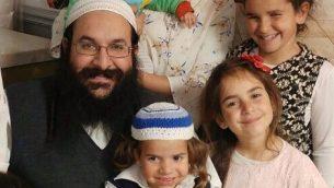 الحاخام رازئيل شيفاح مع عائلته، في صورة غير مؤرخة. (المصدر: العائلة)