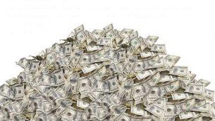 صورة توضيحية لكومة من الدولارات. (choness, iStock by Getty Images)