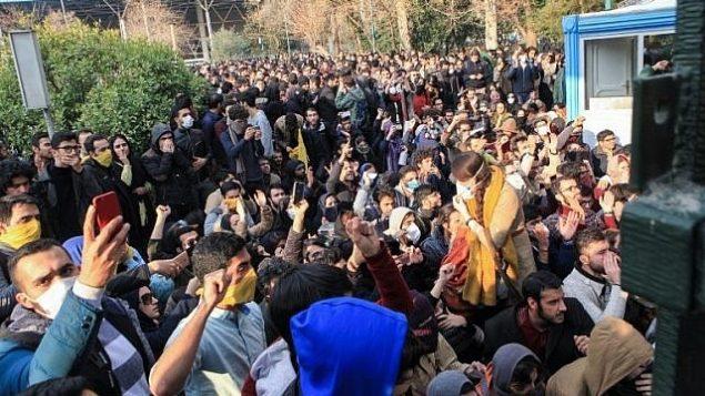 الطلاب الإيرانيون يشتبكون مع الشرطة في جامعة طهران خلال مظاهرة بدافع الغضب على المشاكل الاقتصادية، في العاصمة طهران في 30 ديسمبر 2017. (STR / AFP)