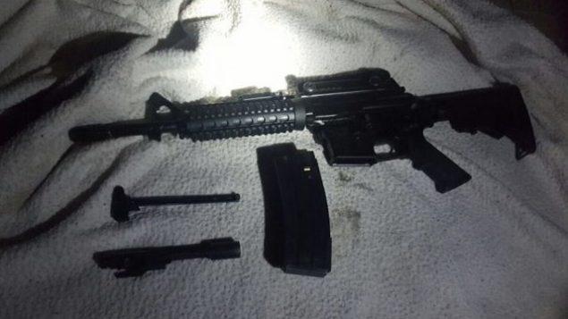 صورة توضيحية. تم العثور على بندقية M16 في قرية وادي سلمان بوسط الضفة الغربية في 25 أغسطس 2017. (Israel Defense Forces)