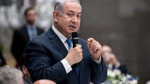 رئيس الوزراء الإسرائيلي بينيامين نتنياهو يتحدث خلال اجتماع غداء في مؤتمر ميونيخ للأمن ال54 في 16 فبراير، 2018. (AFP Photo/DPA/Sven Hoppe)