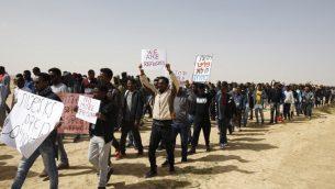 مهاجرون افريقيون يسيرون من سجن حولوت الى سجن سهرونيم في صحراء النقب في جنوب اسرائيل، 22 فبراير 2018 (AFP / MENAHEM KAHANA)