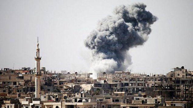 صورة للتوضيح: الدخان يتصاعد في الأفق بعد تقارير عن غارات جوية في مدينة درعا الواقعة في جنوب سوريا، 22 فبراير، 2017. (Mohamad Abazeed/AFP)