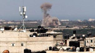 صورة التي التقطت من حدود رفح جنوب قطاع غزة مع مصر تظهر دخان يتصاعد في شمال سيناء في مصر في 8 يوليو / تموز 2017.  (AFP/Said Khatib)