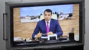 يحضر عضو حركة فتح السابق المنفي محمد دحلان اجتماع المجلس التشريعي الفلسطيني في مدينة غزة خلال مؤتمر فيديو من الإمارات العربية المتحدة في 27 يوليو / تموز 2017. (AFP PHOTO / SAID KHATIB)