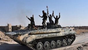 قوات النظام السوري يحتفلون في مدينة دير الزور السورية مع تقدمهم بغطاء جوي روسي ضد تنظيم الدولة الإسلامية، 11 سبتمبر 2017 (AFP Photo/George Ourfalian)