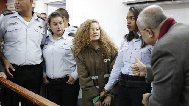 الفلسطينية البالغة 16 عام عهد تميمي في محكمة عوفر العسكرية في الضفة الغربية، 28 ديسمبر  2017 (AFP PHOTO / Ahmad GHARABLI)