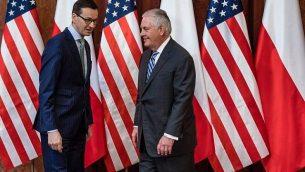 رئيس الوزراء البولندي ماتيوس مورافيتسكي (من اليسار) ووزير الخارجية الأمريكي ريكس تيلرسون في وارسو، 27 يناير، 2018. (AFP/Wojtek RADWANSKI)