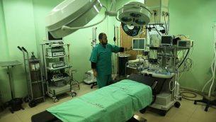 يقوم موظف في وزارة الصحة الفلسطينية بفحص مستشفى بيت حانون في شمال قطاع غزة بعد ان توقفت خدماته في 29 كانون الثاني / يناير 2018 بعد نفاد الوقود. (Mahmud Hams/AFP)
