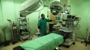 موظف في وزارة الصحة في غزة يفحص مستشفى بيت حانون في شمال قطاع غزة بعد وقفه الخدمات بسبب نقص الوقود لمولدات الطاقة، 29 يناير 2018 (Mahmud Hams/AFP)