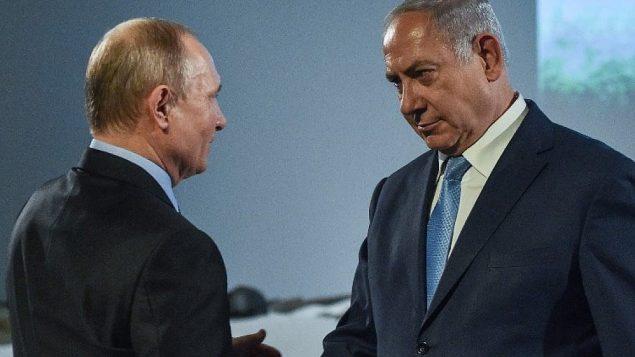 رئيس الوزراء بنيامين نتنياهو يلتقي بالرئيس الروسي فلاديمير بوتين خلال جولة في متحف اليهودية والتسامح في موسكو، 29 يناير 2018 (Vasily MAXIMOV/AFP)