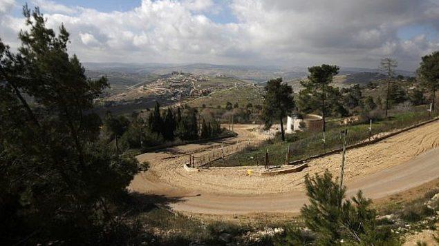 السياج الحدودي بين إسرائيل ولبنان مع ظور قرية بليدا اللبنانية في الخفية، في صورة تم التقاطها من كيبوتس يفتاح الإسرائيلي، 30 يناير، 2018. (AFP Photo/Jalaa Marey)