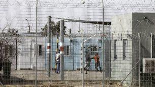 طالبو لجوء افريقيون في سجن حولوت في النقب، 4 فبراير 2018 (MENAHEM KAHANA/AFP)