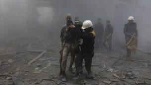رجل مصاب يتم استخاجه من الحطام الناتج عن غارات جوية اطلقها النظام السوري ضد غوطة الشرقية بالقرب من دمشق، 8 فبراير 2018 (AFP PHOTO / ABDULMONAM EASSA)
