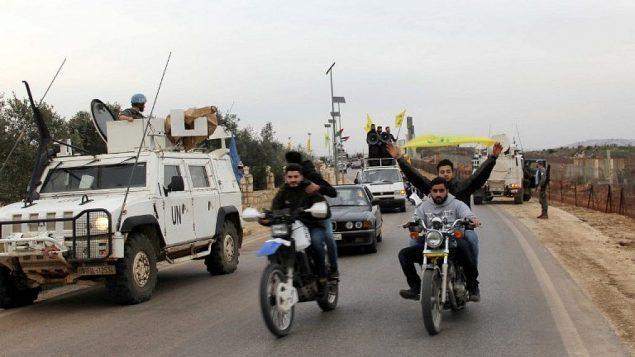 مؤيدون لحزب الله في منطقة بوابة فاطمة في كفر كيلا على الحدود اللبنانية مع إسرائيل في 10 فبراير / شباط 2018 للاحتفال بتحطم طائرة نفاثة إسرائيلية وادانة الغارات الإسرائيلية على سوريا. (AFP PHOTO / Ali DIA)