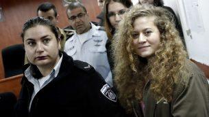 الفلسطينية البالغة 17 عام عهد تميمي تصل لبدء محاكمتها في المحكمة العسكرية في سجن عوفر في الضفة الغربية، 13 فبراير 2018 (THOMAS COEX/AFP)