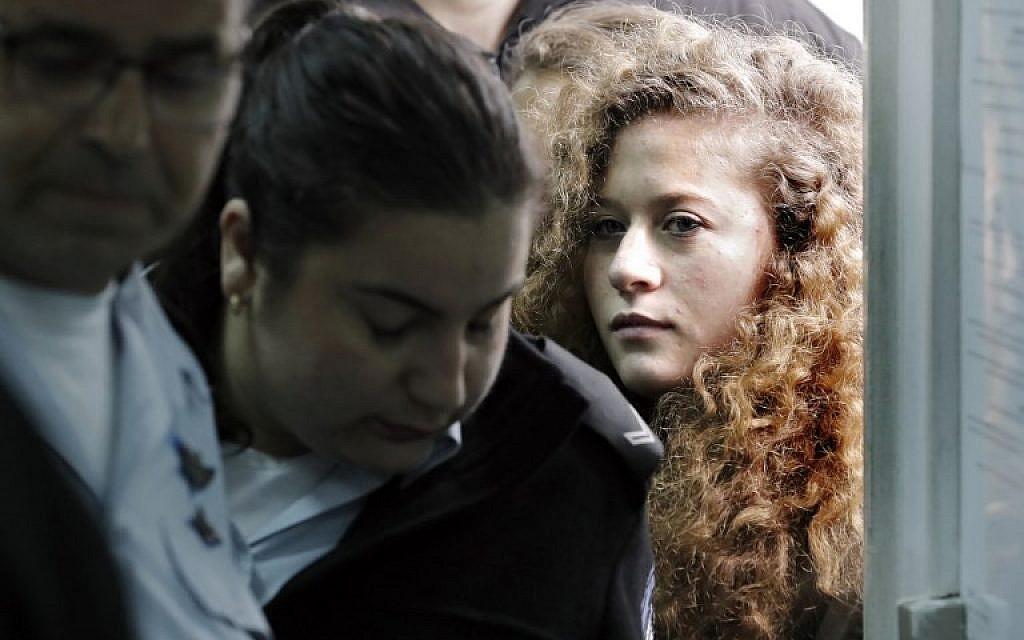 عهد التميمي تصل إلى بداية محاكمتها في محكمة عوفر العسكرية في الضفة الغربية في 13 فبراير / شباط 2018. (Thomas Coex/AFP)