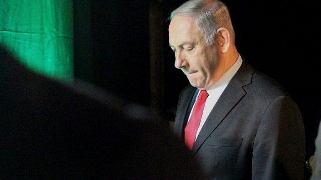 رئيس الوزراء بنيامين نتنياهو يغادر مؤتمر موني في تل أبيب في 14 فبراير / شباط 2018. (AFP PHOTO / JACK GUEZ)