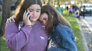 طلاب بعد اطلاق النار في مدرسة مارجوري ستونمان دوغلاس الثانوية في باركلاند، فلوريدا، 14 فبراير 2018 (AFP PHOTO / Michele Eve Sandberg)