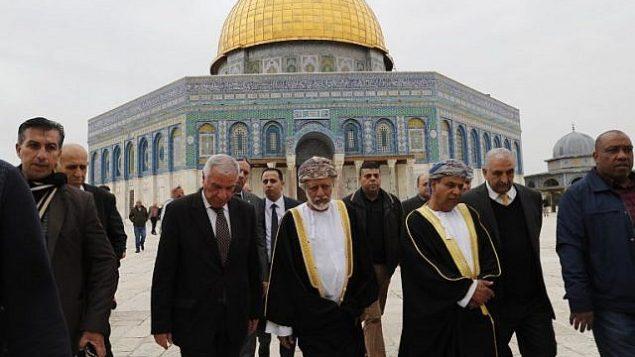 وزير الشؤون الخارجية العُماني يوسف بن علوي، وسط الصورة، يزرو المسجد الأقصى في البلدة القديمة في مدينة القدس، 15 فبراير، 2018. (Ahmad GHARABLI/AFP)