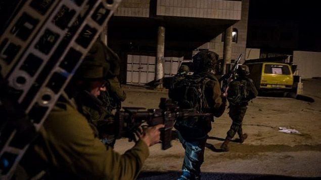 صورة للتوضيح : جنود إسرائيليون يمشطون المنطقة المحيطة بمدينة نابلس قس 11 بناير، 2018، في إطار عمليات بحث عن منفذي هجوم وقع خارج مستوطنة قريبة. (الجيش الإسرائيلي)