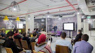 ساري طه، مدير برنامج لمساحة العمل التعاونية 'كونكت' في روابي في محاضرة مع زوار. ((Courtesy)