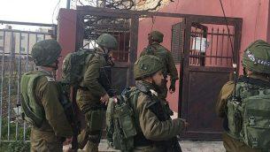 القوات الإسرائيلية تدخل مدينة حلول، الواقعة شمال الضفة الغربية، بعد أن قام أحد سكانها بطعن حارس أمن في هجوم وقع في مستوطنة قريبة في 7 فبراير، 2018. (الجيش الإسرائيلي)
