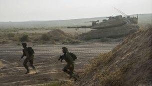 صورة للتوضيح: جنود إسرائيليون يجرون تدريبات بالقرب من دبابة في قاعدة 'تسياليم' العسكرية في جنوب إسرائيل، 19 أغسطس، 2015. (Israel Defense Forces/Flickr)