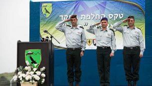"""من اليسار، رئيس قسم الجيش الإسرائيلي رقم 210 """"باشان"""" الجديد ، الجنرال عميت فيشر؛ رئيس القيادة الشمالية، اللواء يوئيل ستريك؛ والرئيس السابق للشعبة 210، الجنرال يانيف آسور، خلال حفل أقيم في قاعدة نفحة للجيش في مرتفعات الجولان في 11 فبراير / شباط 2018. (Israel Defense Forces)"""