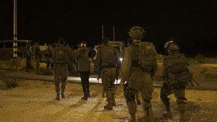 جنود إسرائيليون خلال مداهمة في قرية نبي صالح الفلسطينية تم خلالها اعتقال 9 من سكانها، 26 فبراير، 2018. (الجيش الإسرائيلي)
