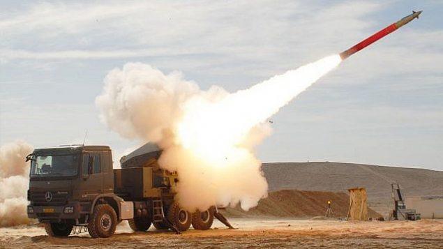إطلاق صاروخ  طراز اكسترا صناعة عسكرية إسرائيلية من قاذفته. (Israel Military Industries)