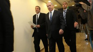 رئيس الوزراء بنيامين نتنياهو ونير حيفيتس (يسار) يصلان الجلسة الاسبوعية للحكومة في مكتب رئيس الوزراء، 27 ديسمبر 2009 (Yossi Zamir/Flash 90)