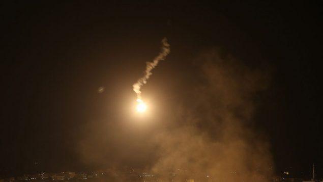 صورة توضيحية: قنابل ضوء فوق قطاع غزة، 19 يوليو 2014 (Nati Shohat/Flash90)