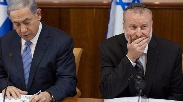رئيس الوزرء بينيامين نتنياهو (من اليسار) والنائب العام أفيحاي ماندلبليت في جلسة للحكومة في عام 2015، حين كان ماندلبليت سكرتيرا للحكومة. (Emil Salman/POOL)