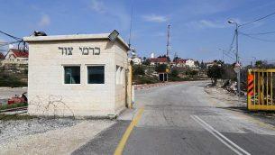 المدخل إلى مستوطنة كارمي تسور في الضفة الغربية. (Gershon Elinson/Flash90)