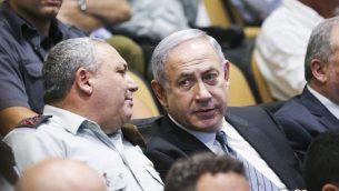 رئيس الوزراء بينيامين نتنياهو ورئيس هيئة أركان الجيش الإسرائيلي غادي آيزنكوت يشاركان في حفل تخرج في كلية الأمن القومي، 13 يوليو، 2016. (FLASH90)