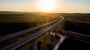 صورة من الجو للجسر المخصص للقطار السريع بين القدس وتل أبيب، 3 يوليو، 2017. (Gidi Avinary/Flash90)