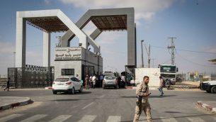 فلسطينيون يدخلون غزة من مصر عبر معبر رفح الحدودي، 16 اغسطس 2017 (Abed Rahim Khatib/Flash90)