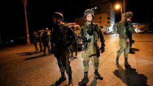 صورة توضيحية: جنود اسرائيليين خلال مداهمة في الخليل، الضفة الغربية، 31 اغسطس 2017 (Wisam Hashlamoun/Flash90)