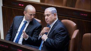 وزير التعليم نفتالي بينيت يتحدث مع رئيس الوزراء بنيامين نتنياهو في الكنيست، 13 نوفمبر 2017. (Yonatan Sindel/Flash90)