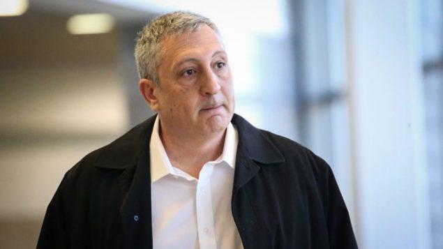 الناطق السابق باسم رئيس الوزراء، نير حيفيتس، في محكمة الصلح في هرتسليا، 26 ديسمبر 2017 (Flash90)