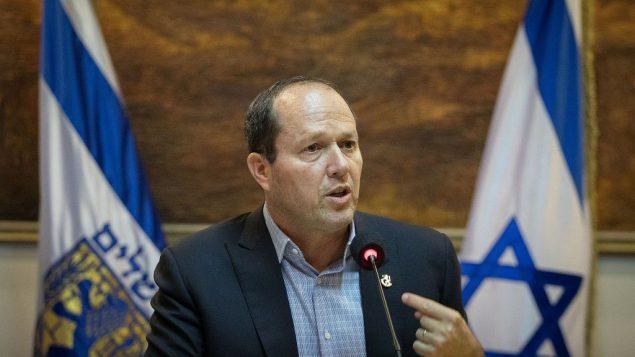 يعقد رئيس بلدية القدس نير بركات مؤتمرا صحفيا في بلدية القدس حول نزاعه مع وزارة المالية حول ميزانية المدينة في 1 يناير 2018. (Flash90)