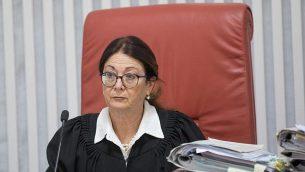 رئيسة محكمة العدل العليا إستر حايوت تصل إلى المحكمة العليا في القدس لجلسة تتعلق باتفاق الحائط الغربي، 14 يناير، 2018. (Yonatan Sindel/Flash90)